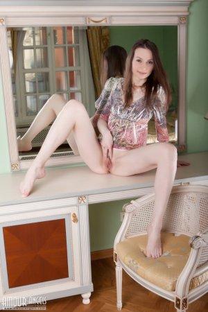 Голая девушка девушка брюнетка хвастается своим милым телом