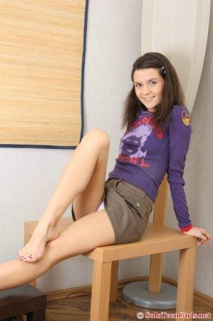 Голая девушка развела широко ноги, что бы показать свое шикарное тело