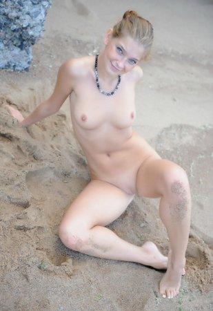 Молодая и красивая подружка любит устраивать эротику на улице