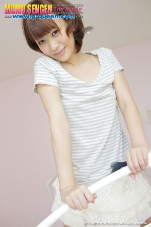 Японка с короткой стрижкой прикасается к своей писе