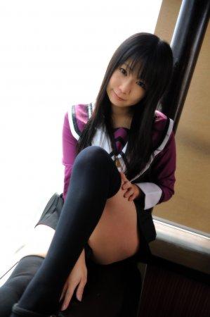 Симпатичная азиатка в школьной форме эротично позирует